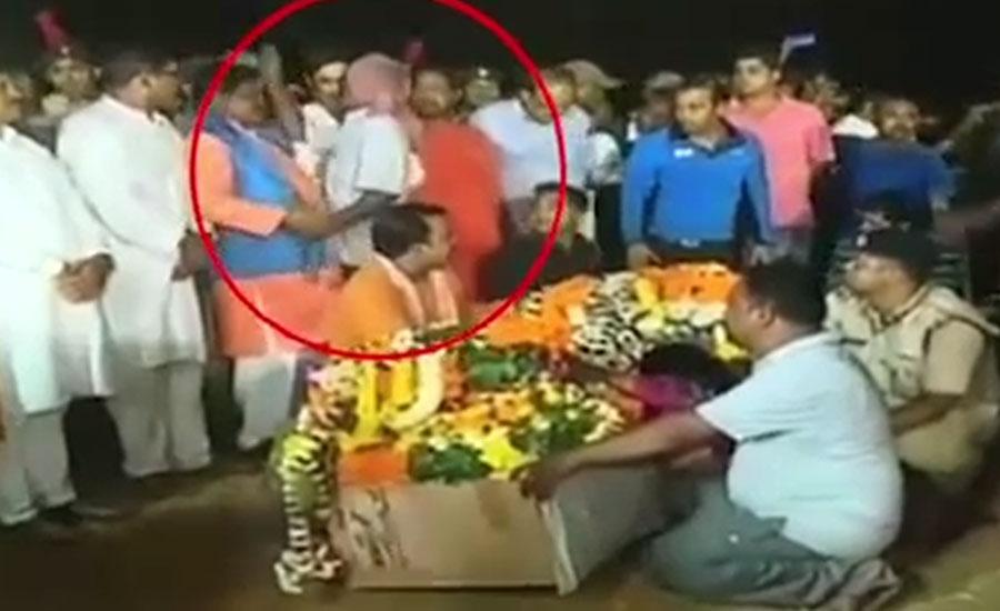 بھارتی سیاست دان کی پلوامہ میں مرنے والے فوجی کے رشتہ دار سے بدتمیزی