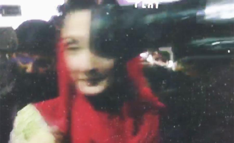 مریم نواز کی جناح اسپتال آمد،گارڈ کے دھکے سے صحافی کا کیمرہ سر پر لگ گیا