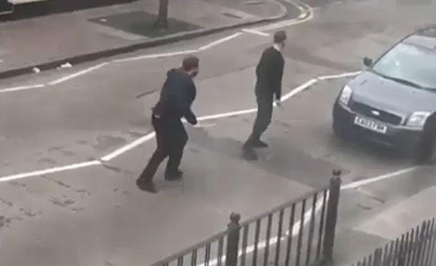 مشرقی لندن کی مسجد کے باہر ہتھوڑا بردار شخص کا نمازیوں پر حملہ، ایک شخص معمولی زخمی