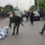بیٹے کے قاتلوں کی عدم گرفتاری پر مایوس شخص کا وزیراعلیٰ پنجاب کی گاڑی کے سامنے احتجاج