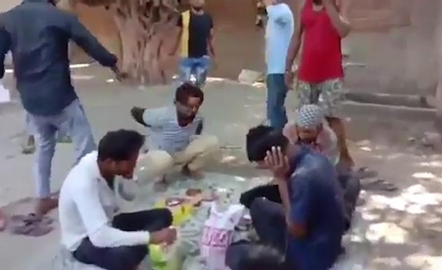 کھانا کھاتے مسلمان مزدوروں پر ہندو انتہا پسندوں کا بہیمانہ تشدد