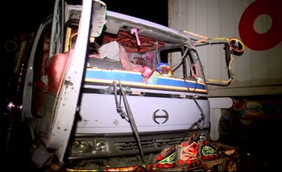 کراچی کے علاقے لانڈی میں بے قابو آئل ٹینکر نے 10 سالہ بچے کی جان لے لی
