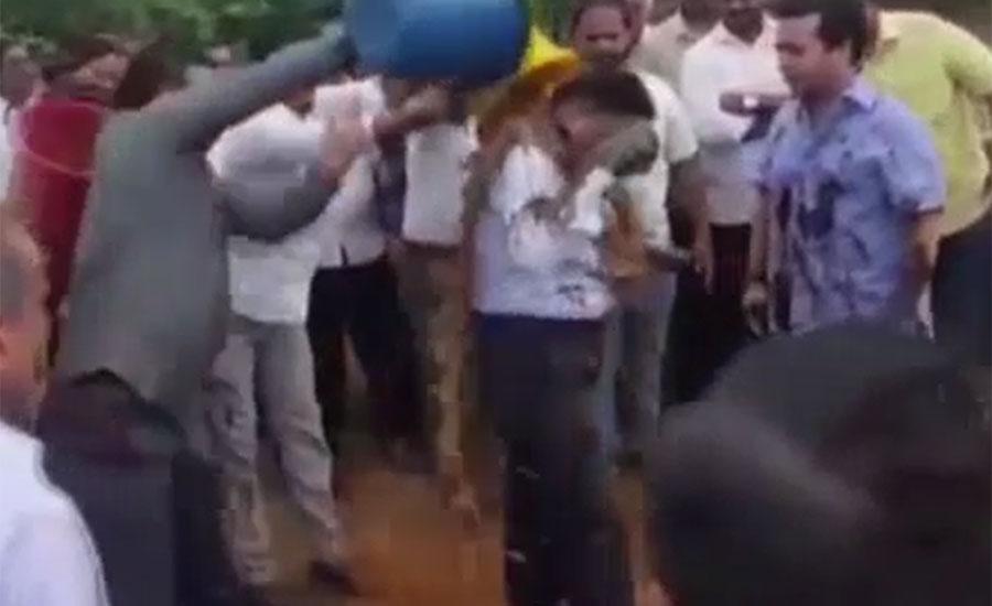 مہاراشٹر میں سڑکوں کی خراب صورتحال پر کانگریسی رہنما نے انجینئر پر کیچڑ پھینک دیا