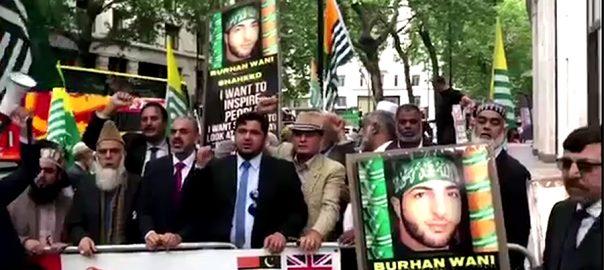 برہان وانی لندن بھارتی ہائی کمیشن 92 نیوز کشمیر  بینرز  عالمی برادری  مظاہرین  انسانی حقوق  بھارت 
