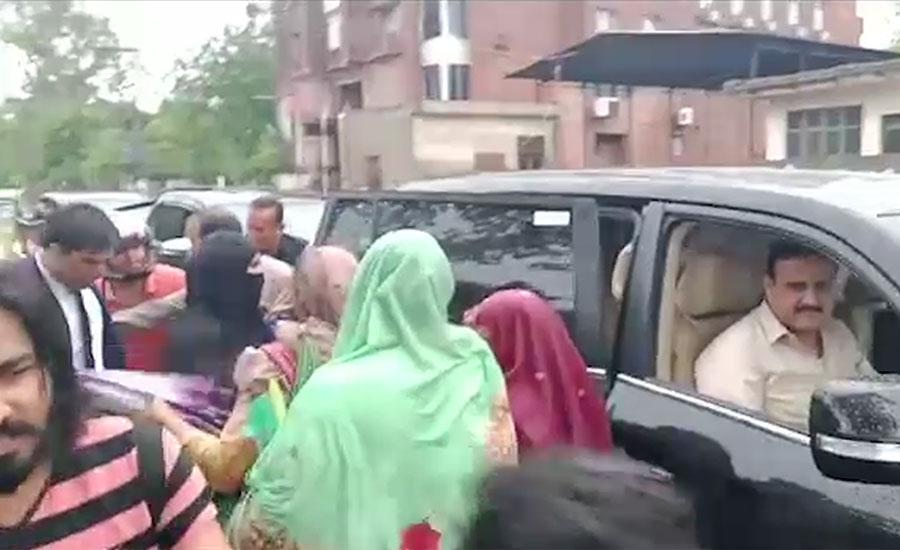 وزیر اعلیٰ پنجاب عثمان بزدار کا موسلادھار بارش کے دوران لاہور کے مختلف علاقوں کا دورہ