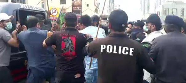 مسائل  احتجاج  فکس اٹ  تصادم  کراچی  92 نیوز تین تلوار  نعرے بازی  میدان جنگ  پولیس اہلکار  5 افراد زخمی  وزیر بلدیات فریقین میں تکرار  ہاتھا پائی  ڈی ایس پی  سب انسپکٹر  مظاہرین  منتشر  لاٹھی چارج  کارکنوں کی دوڑیں   ایس ایس پی ساوتھ  شیراز نذیر 