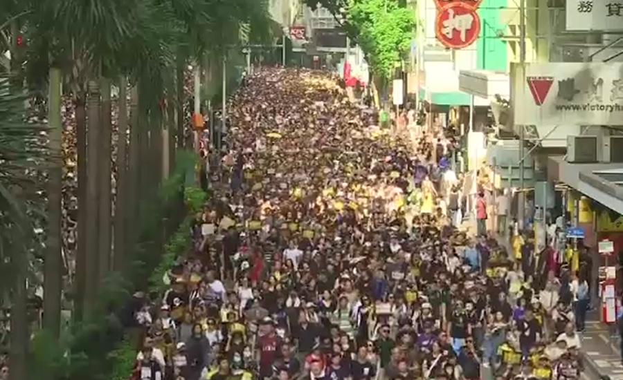 ہانگ کانگ میں ہزاروں شہری سیاہ لباس پہنے سڑکوں پر نکل آئے۔