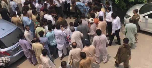 ضلع کچہری لاہور لاہور میں فائرنگ ملزم ہلاک لاہور  92 نیوز موٹر سائیکل سوار ہتھکڑی لگا ملزم  پولیس 