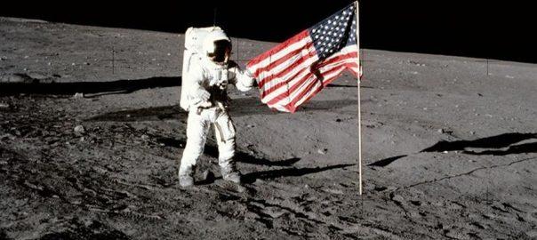 انسان  چاند پر قدم  50 برس بیت گئے  واشنگٹن  92 نیوز امریکا  اپالو الیون  گولڈن جوبلی  مونومنٹ  پروجیکٹر  سیچرن فائیو راکٹ  تاریخی عمارت  نیل آرمسٹرانگ 19