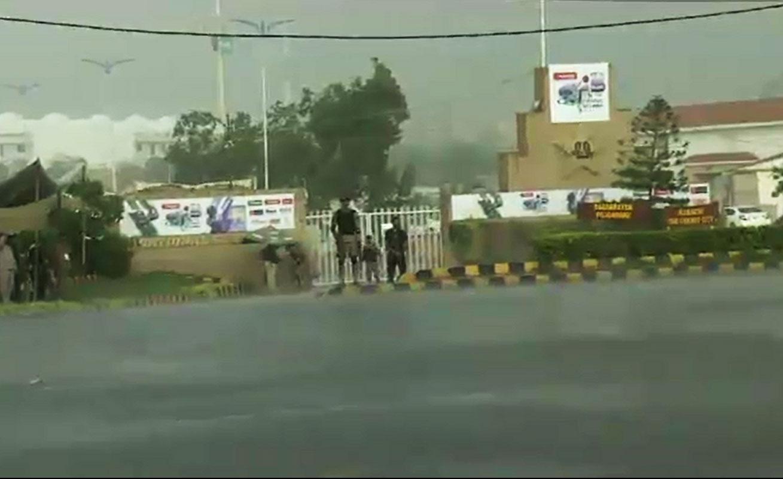 نیشنل اسٹیڈیم کے اطراف کالی گھٹاؤں کا راج، پچ کو کورز سے ڈھانپ دیا گیا