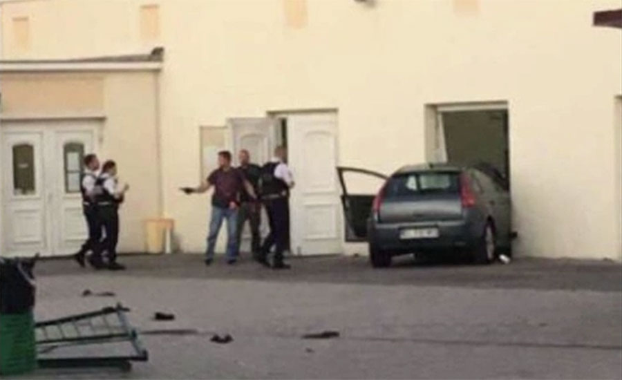 فرانس کے شہر کولمار میں کار کی مسجد سے ٹکر، گاڑی داخلی دروازے میں پھنس گئی