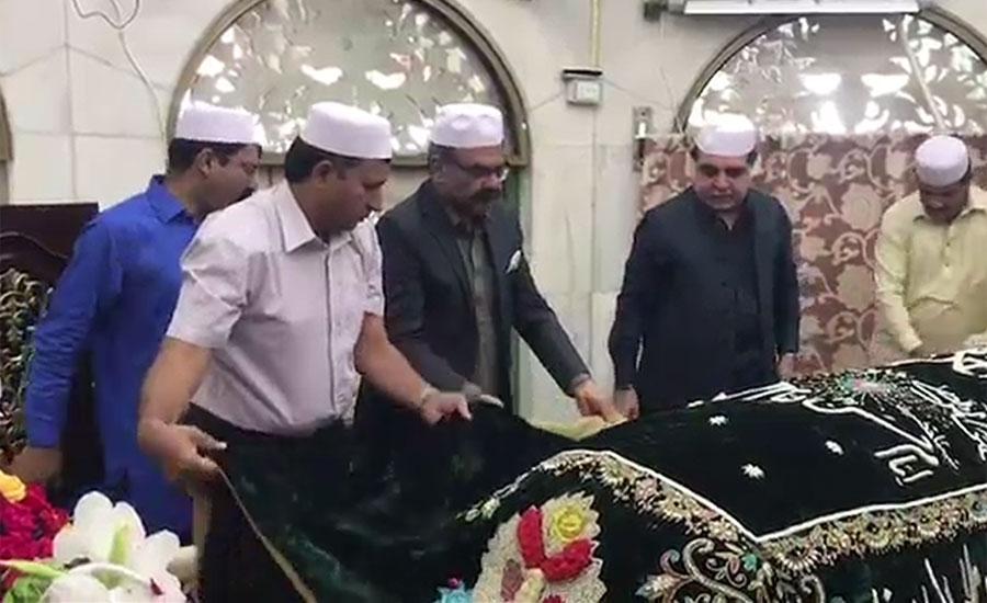 گورنر سندھ عمران اسماعیل کی داتا دربار پر حاضری، مزار پر چادر چڑھائی