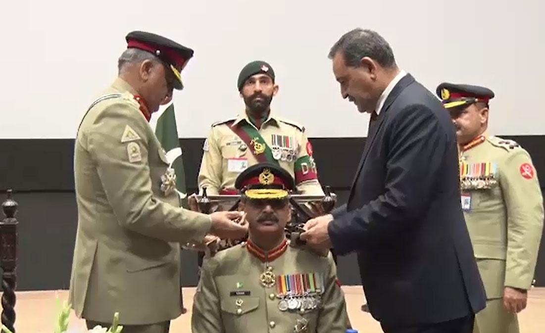 لیفٹیننٹ جنرل اظہر عباس کو بلوچ رجمنٹ کے نئے کرنل کمانڈنٹ کے بیجز لگائے گئے