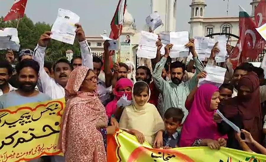 فیصل آباد میں پاور لومز کی بندش کے باعث مزدور سڑکوں پر نکل آئے