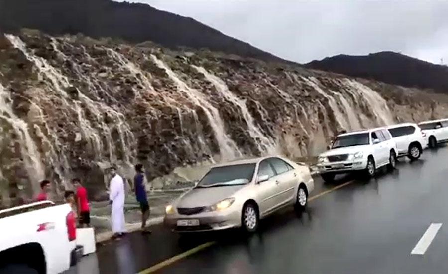 متحدہ عرب امارات میں بارش اور آندھی، ٹریفک کا نظام متاثر