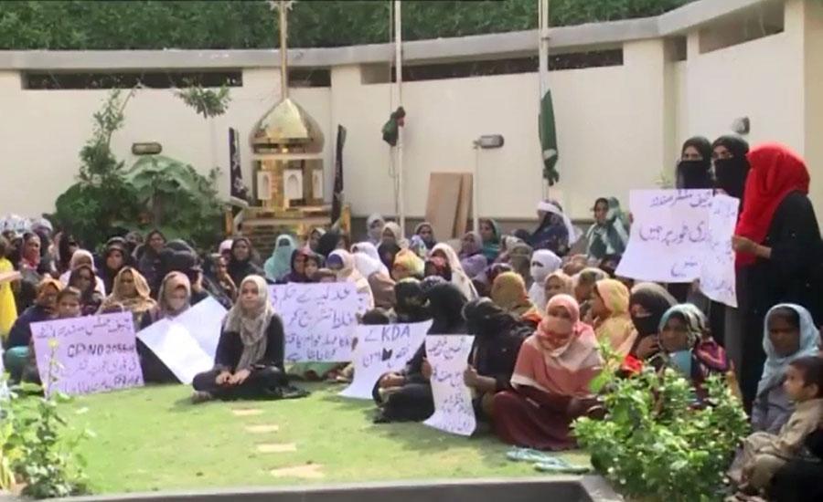 کراچی، چشتی نگر کے گھر غیر قانونی قرار، مکینوں کا وزیر بلدیات کے گھر گھس کر احتجاج