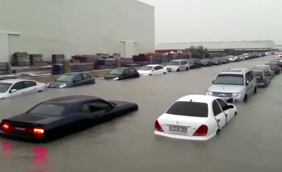 دبئی اور ابوظہبی میں موسلادھار بارشیں، معمولات زندگی درہم برہم