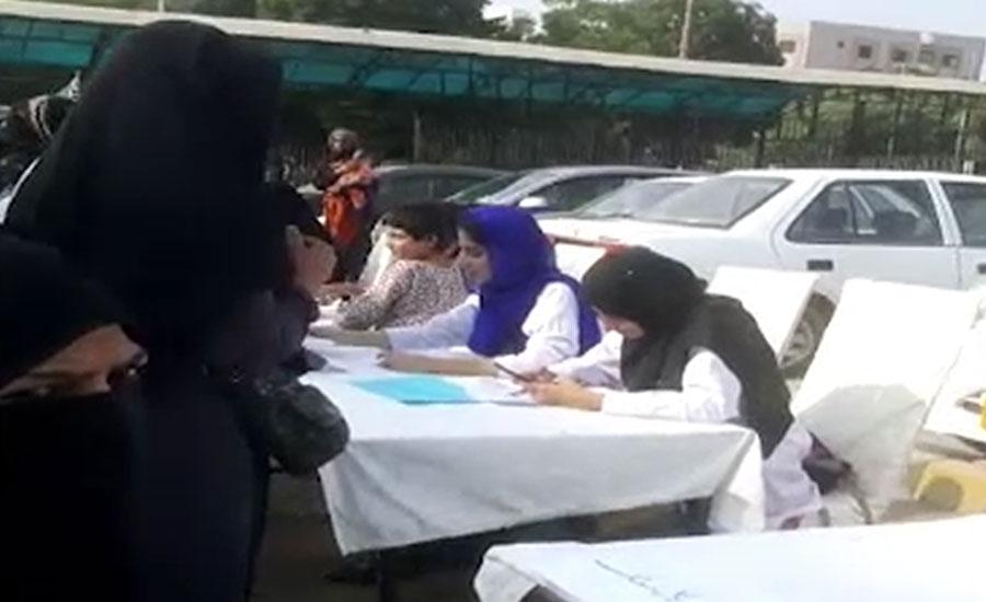 کراچی کے عباسی شہید اسپتال کے ڈاکٹروں نے پارکننگ میں مریضوں کا معائنہ شروع کر دیا
