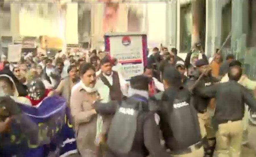 کنٹریکٹ اساتذہ سندھ حکومت کیخلاف سراپا احتجاج، پولیس کا لاٹھی چارج