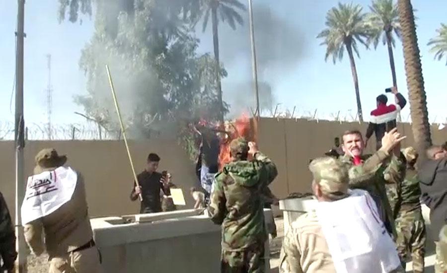 بغداد، بمباری کیخلاف مشتعل مظاہرین کا امریکی سفارتخانے پر دھاوا