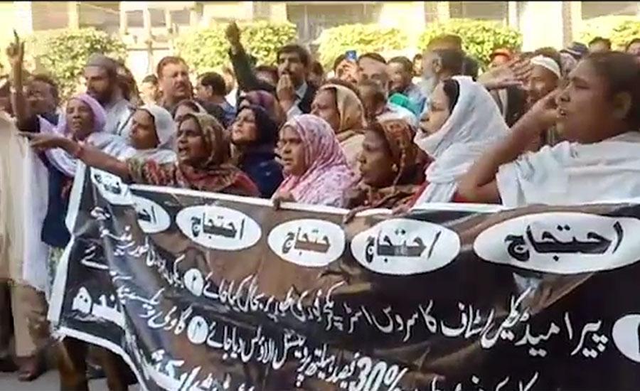 سندھ بھر میں پیرامیڈیکل اسٹاف نے اپنے مطالبات کے حق میں اسپتالوں کا بائیکاٹ کر دیا