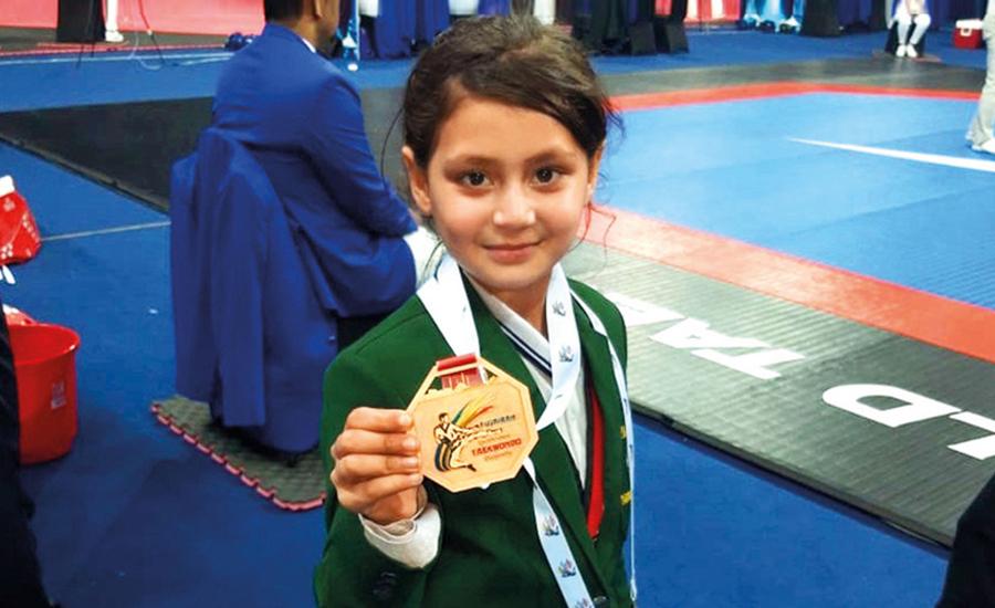سوات کی9سالہ عائشہ کا تائیکوانڈو مقابلوں میں گولڈ میڈل