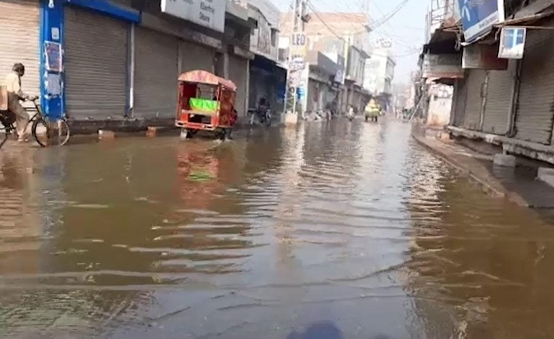 قصور ، علاقہ مین بازار کوٹ عثمان میں سیوریج کا گندا پانی سڑک گلیوں داخل