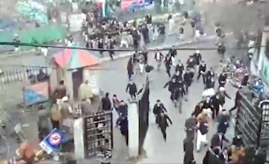 مظفرآباد، چالان پر وکلاء اور پولیس میں تصادم، شیلنگ، 12 افراد زخمی