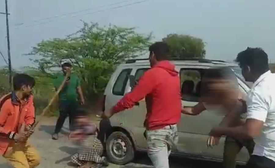گاؤ کشی کے نام پر ہندو غنڈوں کا دو مسلمانوں پر بد ترین تشدد