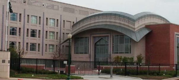 واشنگٹن (92 نیوز) کورونا وائرس سے بچاؤ کیلئے حفاظتی اقدامات کر لیئے گئے۔ واشنگٹن میں پاکستانی سفارت خانہ میں قونصلر سروس کے اوقات مختصر کر دیئے گئے۔ امریکا میں پاکستانی سفیر اسد مجید خان نے ٹویٹر پیغام میں کہا سفارت خانے میں انتہائی ضرورت میں تشریف لائیں۔ پاسپورٹ اور دیگر معلومات آن لائن یا بذریعہ فون کرکے حاصل کریں۔ ادھر ایسوسی ایشن آف پاکستانی فزیشنز آف نارتھ امریکا کی پاکستانی سفیر ڈاکٹر اسد مجید کے ساتھ ویڈیو کانفرنس ہوئی جس میں کورونا وائرس اور پاکستان پر اس کے اثرات پر تبادلہ خیال کیا گیا۔