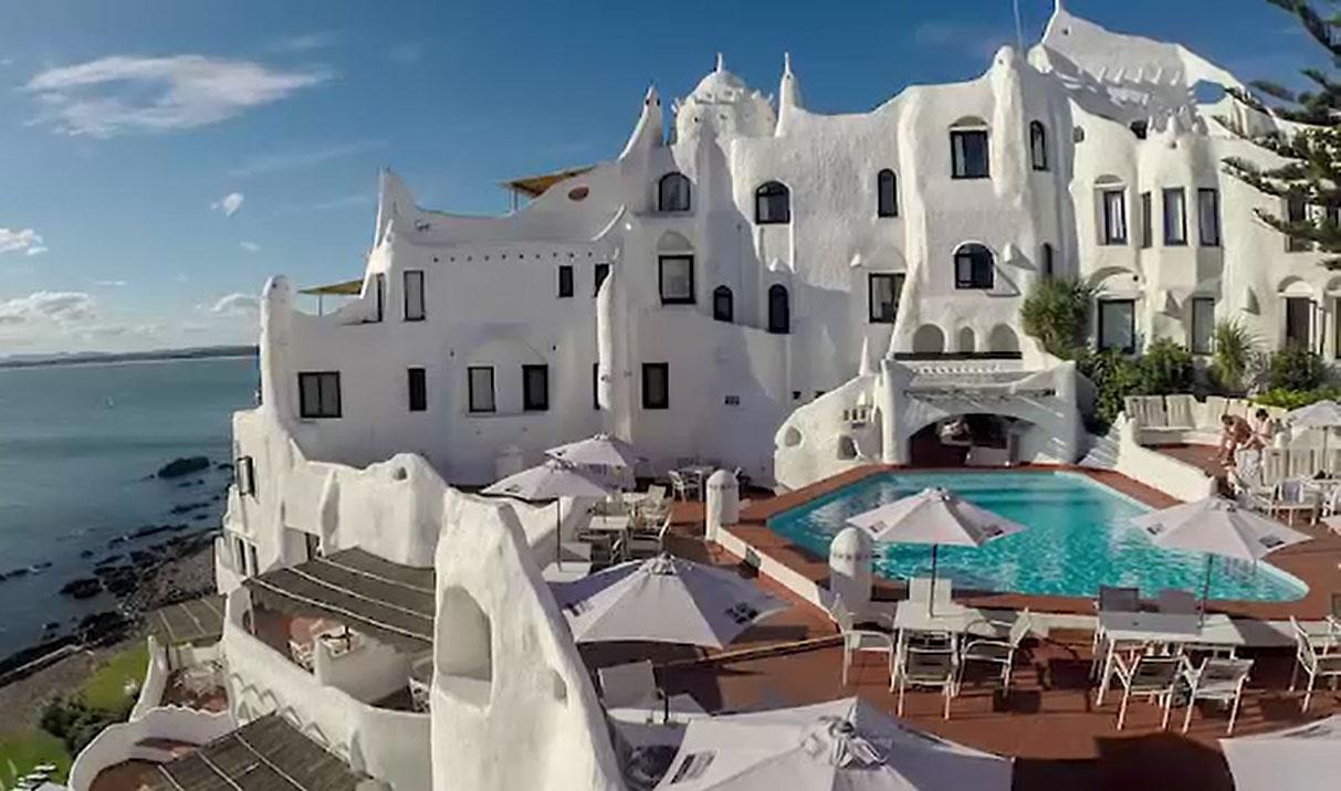 پیراگوئے کے ساحل پر گھونسلا نما ہوٹل کسی عجوبے سے کم نہیں