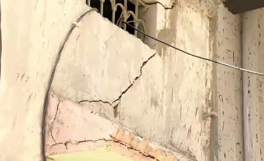 کراچی کے علاقے لیاقت آباد میں سات منزلہ عمارت ٹیڑھی ہو گئی