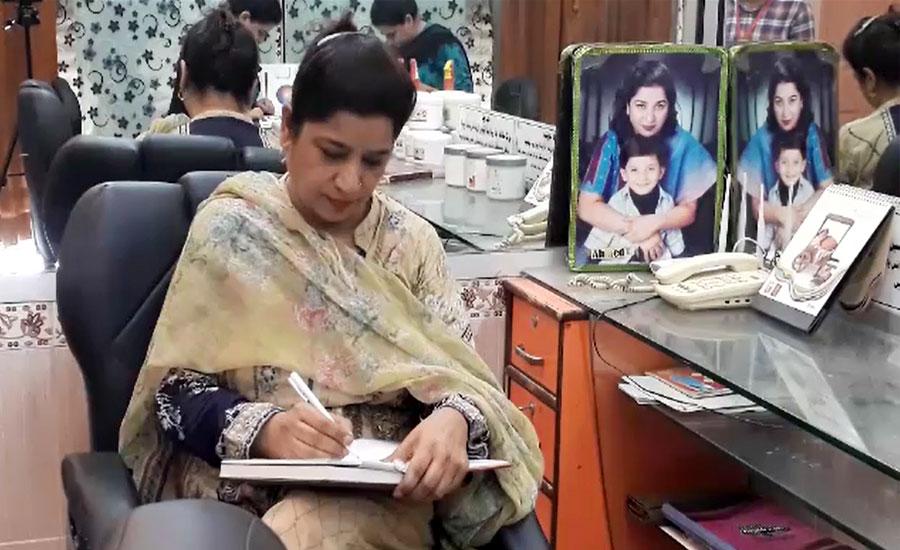 حیدرآباد، بیوٹی پارلر چلا کر اہل خانہ کی کفالت کرنیوالی باہمت خاتون
