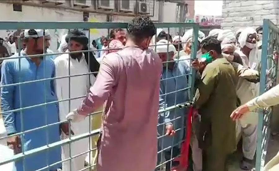 پاکپتن، شہری گیٹ توڑ کر نادرا آفس میں داخل، سماجی فاصلوں کی پابندی دھری رہ گئی