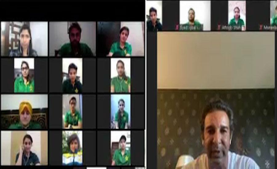 سابق کپتان وسیم اکرم نے قومی ویمن کرکٹرز کو آن لان لیکچر دیا