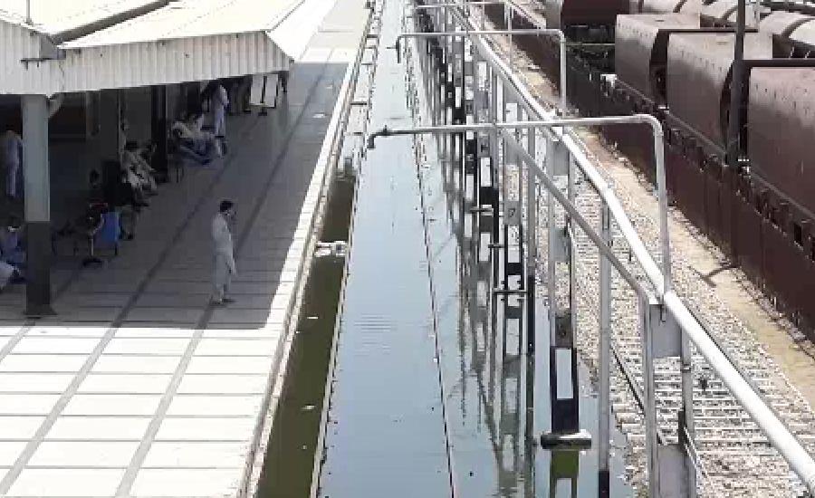 حیدرآباد ریلوے اسٹیشن کا  ٹریک  سیوریج کے پانی میں ڈوب گیا