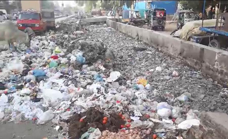 حیدرآباد، ضلعی انتظامیہ نے نالوں سے کچرا نکال کر سڑکوں پر پھینک دیا
