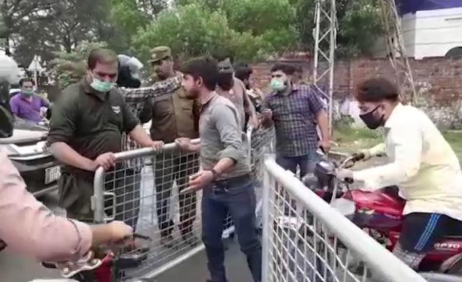 لاہور میں کورونا کا پھیلاؤ روکنے کیلئے سیل علاقوں کے انٹری پوائنٹس پر شہریوں کی قطاریں