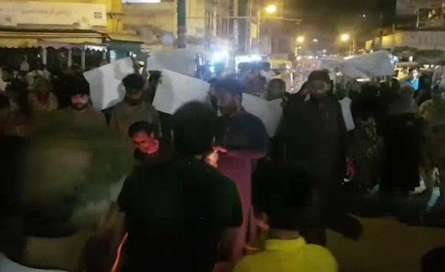 حیدرآباد کے علاقے فقیر کاپڑ کے لوڈ شیڈنگ کے ستائے باسی رات کو سڑکوں پر آگئے