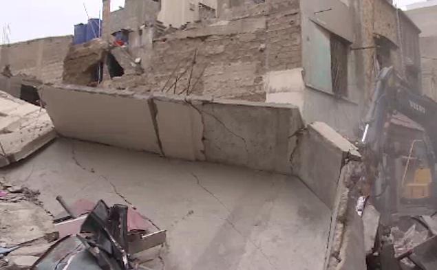 لیاقت آباد میں گزشتہ روز منہدم ہونیوالی عمارت کا ملبہ اٹھانے کا کام آج بھی جاری