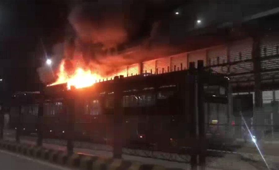 پشاور کے علاقے حیات آباد میں 28 نمبر بس سٹیشن کے قریب بی آر ٹی بس میں اگ بھڑک اٹھی