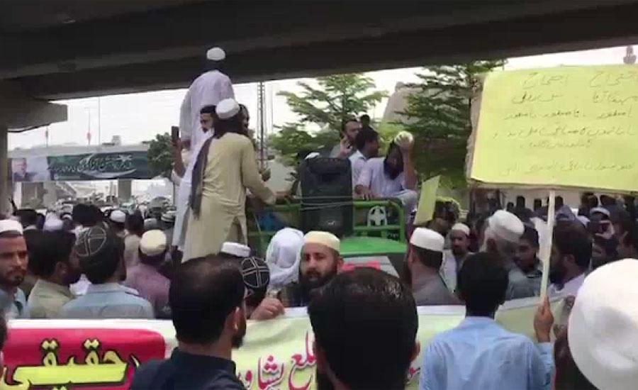 پشاور میں نانبائی روٹی کی قیمت میں خودساختہ اضافہ کرنے کے بعد سڑکوں پر نکل آئے