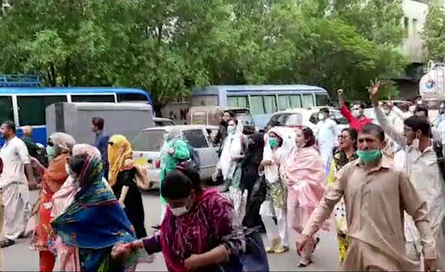 کراچی میں کنٹریکٹ پر کورونا وارڈز میں تعینات نرسز کا وزیراعلیٰ ہاؤس کے باہر احتجاج