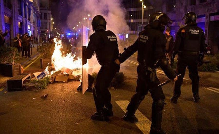 بارسلونا میں کورونا وائرس کی پابندیوں کے خلاف احتجاج