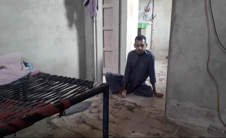 حیدرآباد کا رہائشی محمد احمد پولیو کے باعث بچپن سے ہی معذوری کا شکار
