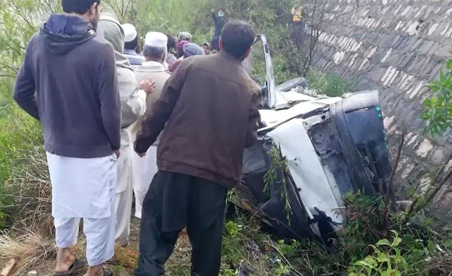 نوشہرہ میں بس گہری کھائی میں جا گری، 8 افراد جاں بحق، 11 زخمی