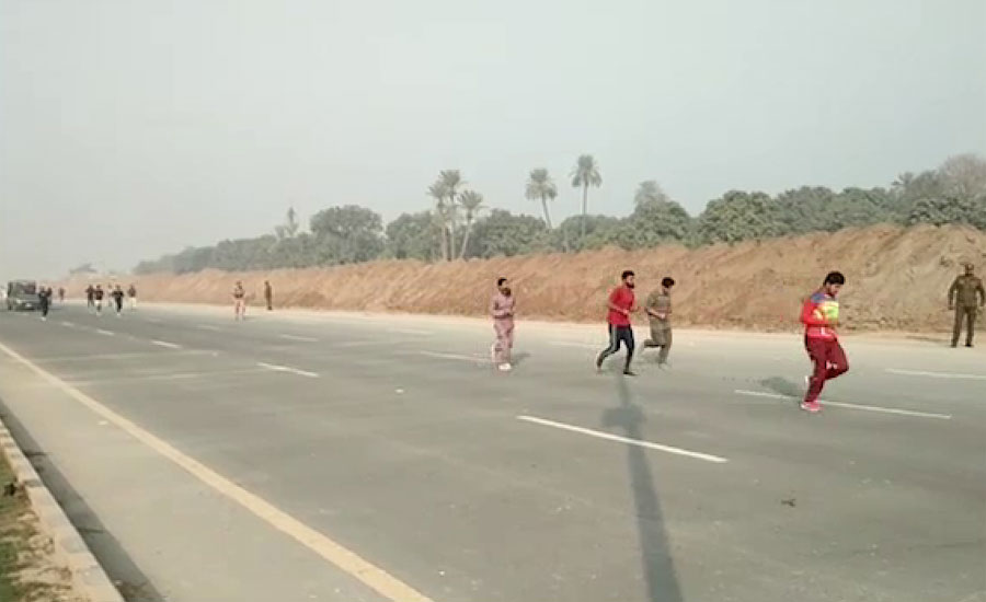 ملتان میں پولیس میں بھرتی کیلئے امیدواروں کی دوڑ ، کئی امیدوار راستے میں لڑکھڑا گئے