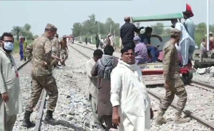حادثے کا شکار ہونے والی ٹرین کا انجن اور بوگیاں ٹریک سے ہٹا دی گئیں ، آئی ایس پی آر