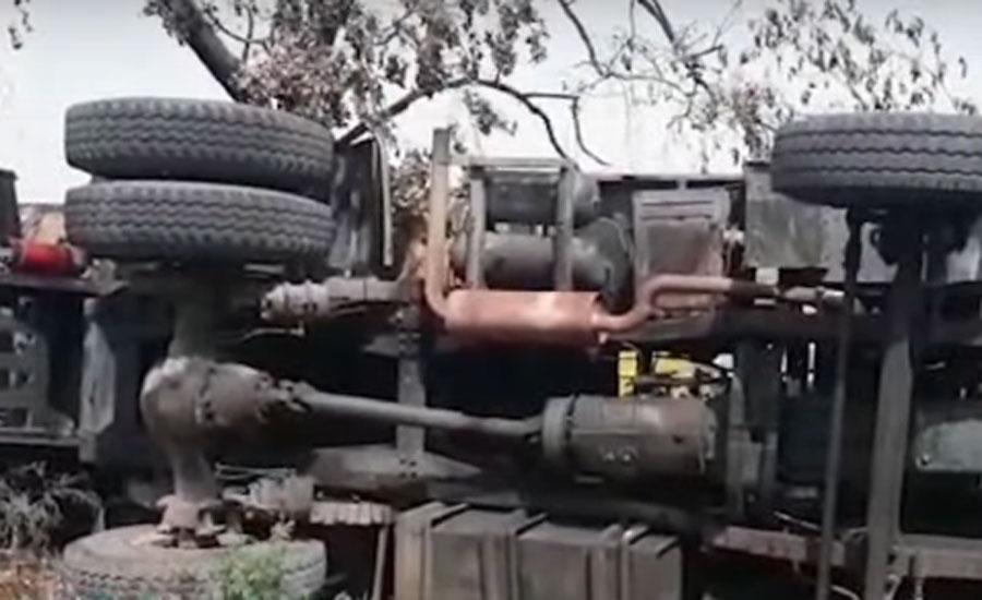 اسلام آباد کے علاقے کاک پل پر دو آئل ٹینکر آپس میں ٹکرانے کے بعد الٹ گئے