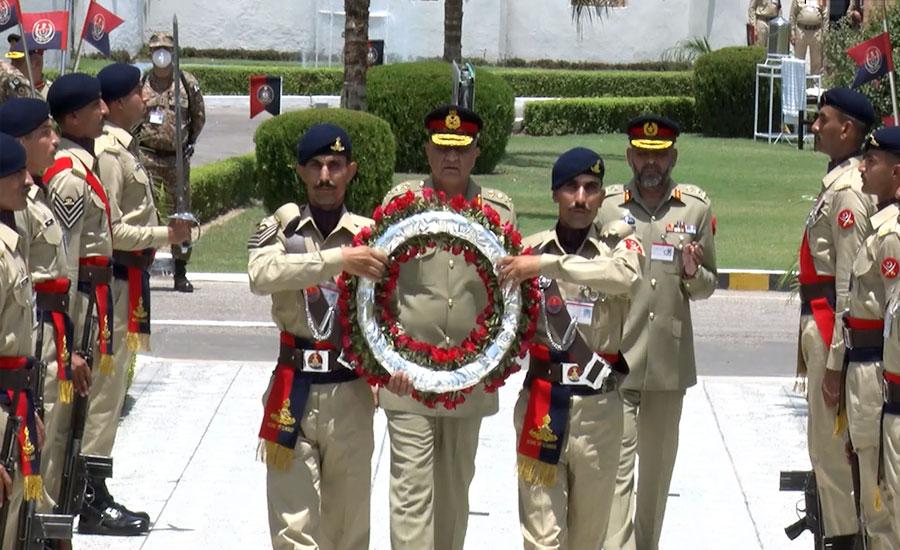 آرمی چیف کا آرٹلری سینٹر کا دورہ، لیفٹیننٹ جنرل محمد عبد العزیز کو کرنل کمانڈنٹ کے بیجز لگائے